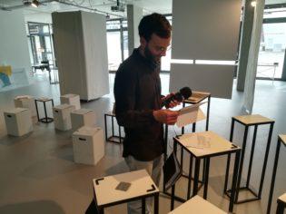 couchFM Redakteur Moritz in der Ausstellung