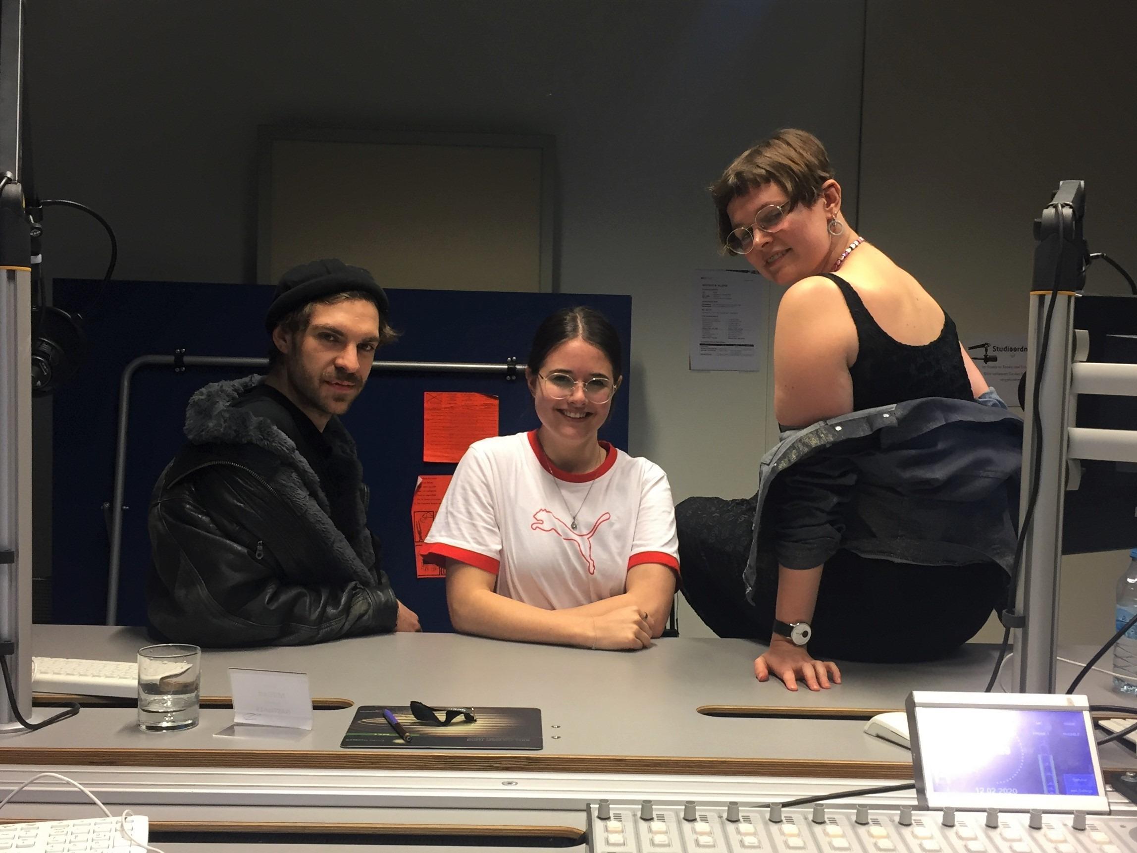 couchFM Moderatorin Cosima hat sich mit Christopher und Moxi von Voices4 Berlin getroffen und mit ihnen über die LGBTQIA+ Community in Berlin geredet.