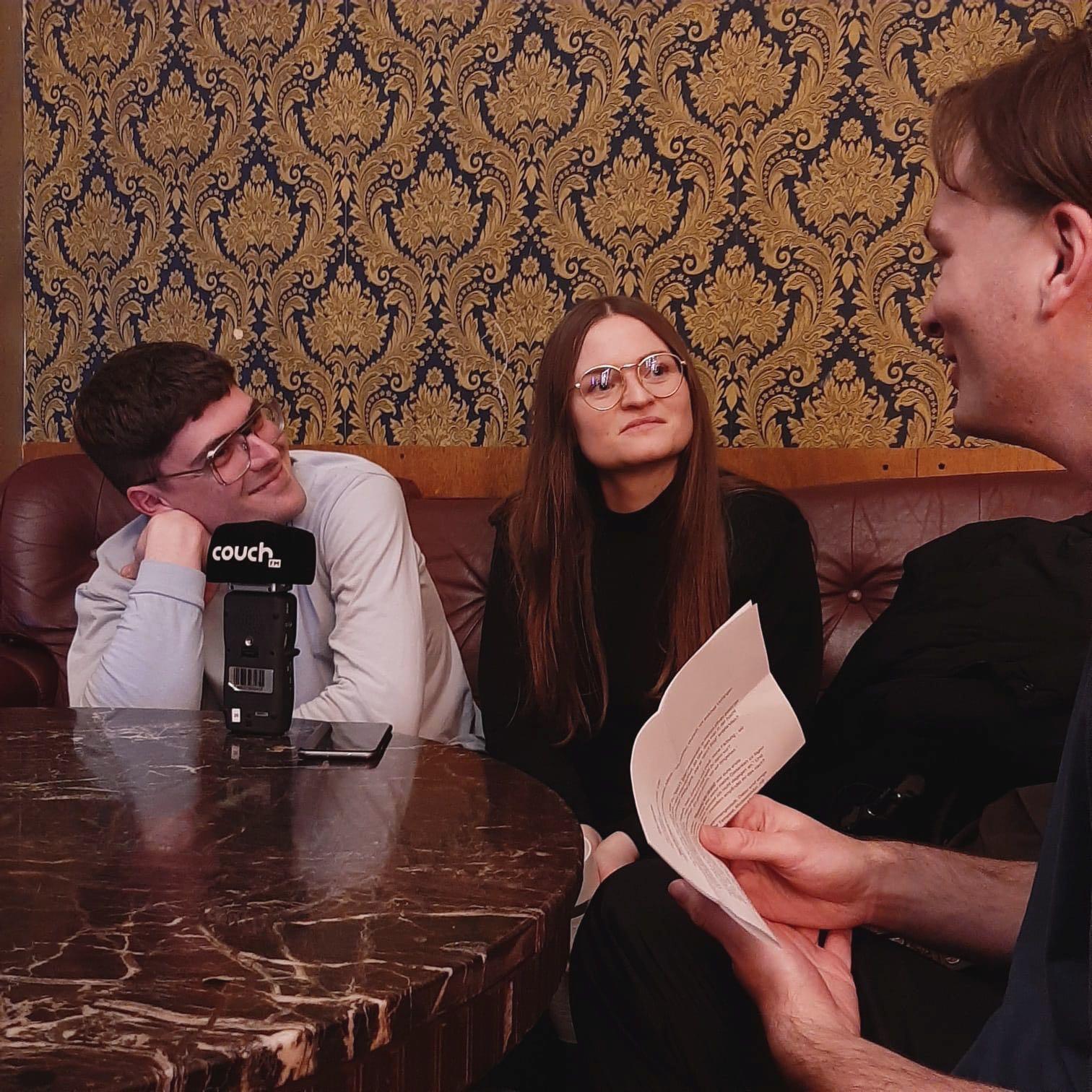 Kurz vor Konzertbeginn im Kreuzberger Lido: Demian Kappenstein und Inéz Schaefer im Gespräch mit couchFM-Redakteur Thomas.