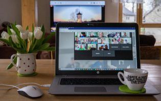 Online-Konferenzen sind die ideale Methode um mit Freunden und Kommilitonen in Kontakt zu bleiben.